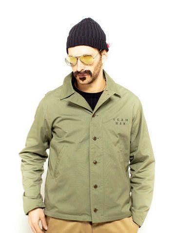 今回はミリタリーウェア好きにはたまらない、メンズミリタリージャケット着こなし・コーデ特集です! 2013年AW(秋冬)ストリートブランドリリースのアイテムを中心に今旬のミリタリージャケット着こなしをご紹介します。 男らしい雰囲気が魅力のミリタリージャケット。カジュアルなコーデ、ワークスタイル、大人の着こなし、いろんなコーデを楽しめます! 2014年秋冬 メンズ ミリタリージャケット着こなし・コーディネートはこちら N-1デッキジャケット着こなし・コーディネート まずは、ここ数年でど定番になったN-1タイプデッキジャケットの着こなしから。秋冬メンズコーディネートの目玉、N-1デッキジャケットのコーデ例4つをご覧ください! N-1デッキジャケット×デニムセットアップの着こなし N-1 DECK JKT COORDINTE:1 HIKDE&SEEK 12.5ozのセルビッチデニムを使用した、Levi's 3rd TypeデニムジャケットとSタイプのデニムパンツのセットアップ。 そのアウターウェアとしてN-1デッキジャケットを合わせたスタイル。 デニムONデニムのコー...