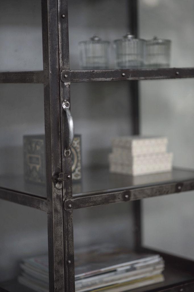 Urläckert vitrinskåp i metall- med lite ruffig finish Glas även på sidorna och metall på insidan baktill Mycket gediget! Längd/Djup/Höjd: 55/40/180 cm Hyllornas höjd, ca 27 cm