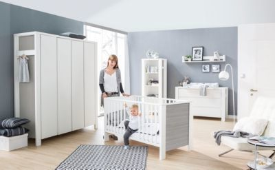 Komplett Kinderzimmer Milano Pinie, 3-tlg.(Kombi-Kinderbett 70x140, Umbauseiten, extra breiter Wickelkommode mit Wickelaufsatz und Kleiderschrank 4-trg.), Buche teilmassiv, Pinie silberfarbig/weiß Gr. 70 x 140 Jetzt bestellen unter: https://moebel.ladendirekt.de/kinderzimmer/betten/kinderbetten/?uid=68076953-5e16-5f90-bc8a-640d936518ca&utm_source=pinterest&utm_medium=pin&utm_campaign=boards #kinderzimmer #kinderbetten #betten Bild Quelle: www.yomonda.de
