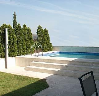 Piscina elevada con acceso mediante escalones piscinas - Piscinas con jardin ...