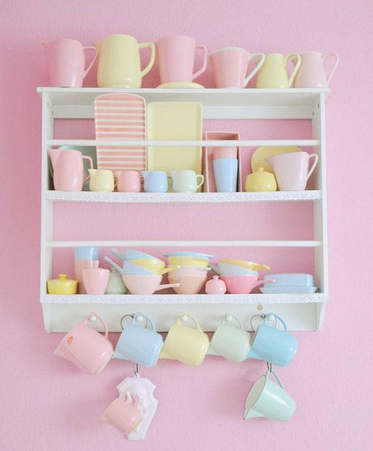 A parede, rosa algodão doce, recebeu uma prateleira recheada de outros tons pastel