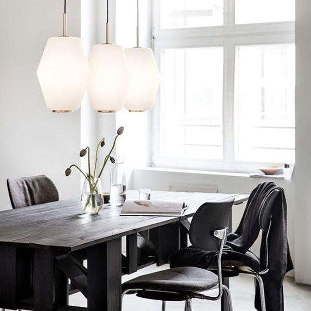 La lámpara Dahl es un diseño clásico de mediados de siglo reeditado por la firma Northern Lighting. Una preciosa y elegante luminaria que adorna el parlamento Noruego y envuelve con aire de sofisticación cualquier ambiente. #DomésticoShop #design #designinterior #interiordesign #interior4you #interior123 #interiordecor #interiorstyling #instahome #home #nordichome #interiorlovers #decoration #love #styling #homedecor #interiorinspiration #color #homestyle #beautifulview #darlingweekend…
