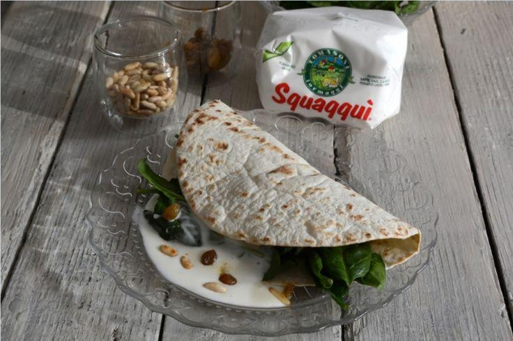 Piadina romagnola con Squaqquì, spinacino, uvetta e pinoli