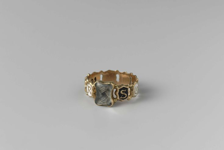 Ring of gold with a trim of braided hair. In white and black enamel, the gold letters posted SOUVENIR. On the inside noticed CvW.  ca. 1840 - ca. 1860