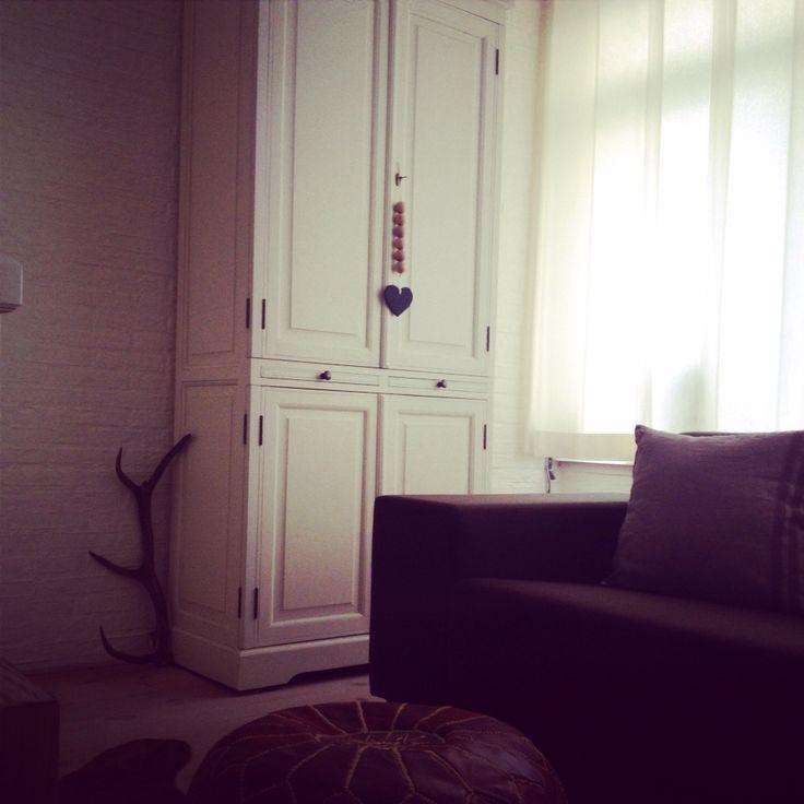 Mooie slinger met #kralen van beuken #hout. Hangt geweldig aan deze kast.