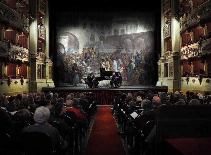 Per il loro concerto del dicembre 2014, la Sala dei Notari a stento riuscì a ospitare il pubblico venuto ad ascoltare Les Vents Français, ovvero i prìncipi degli strumenti a fiato. Per questo motivo abbiamo deciso di ospitare il concerto al Teatro Morlacchi. Vi facciamo comunque una raccomandazione: assicuratevi un posto per tempo! Il meraviglioso Quintetto per fiati e pianoforte di Mozart suonato da questi artisti eccelsi non mancherà di richiamare a Perugia ancora una volta schiere…