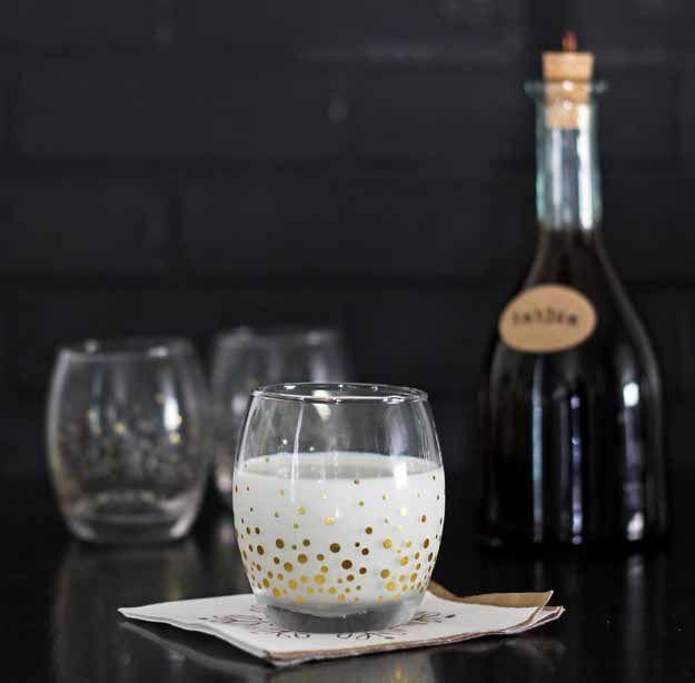 Ușor de casă Cafea Lichioruri Rețetă ingrediente: 4 cești de espresso proaspăt preparată (franceză-press face cel mai bun!) 3 căni de zahăr 1 litru de rom alb
