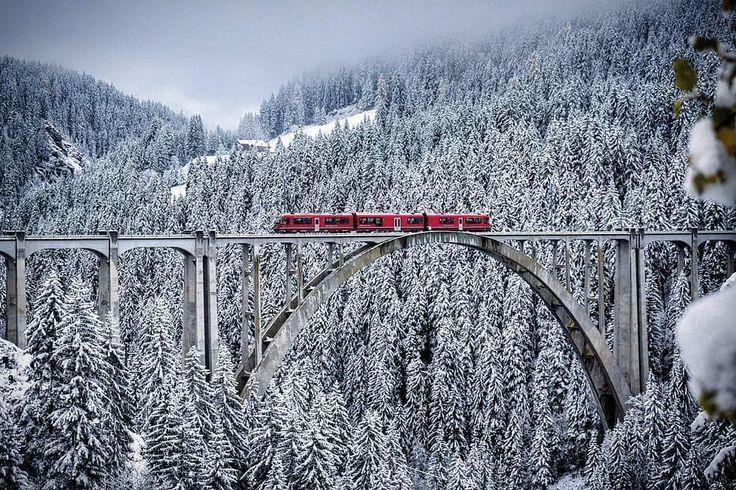 "14.7 k gilla-markeringar, 119 kommentarer - Visit Switzerland 🇨🇭 (@visitswitzerland) på Instagram: ""Winter ❄️🚂 Langwieser viaduct captured by @flos_photoheart . . #visitswitzerland #langwies…"""