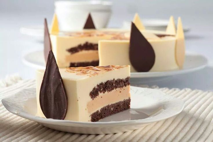 """Y que tal disfrutar de esta deliciosa  """"Torta Casablanca""""?  Está elaborada a base de bavariosse de vainilla, rellena de mousse de caramelo, con base en bizcochuelo de chocolate y brownie, decorada con un baño neutro a base de gelatina sin sabor, una mousse de chocolate y tiras de cobertura de chocolate. Y tu, ya la probaste???  #reposteriaastor www.elastor.com.co"""