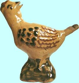Sifflet à suie Forme de poule  Sifflet farce et attrappe en forme de poule. Soufflenheim poterie Friedmann vers 1970 H: 14 cm L:14 cm; l:6,5cm  Col. Musée Alsacien de Strasbourg Inv. N°66.995.28.2 a  Les sifflets à suie: Malgré les apparences, les sifflets à suie ne sont pas des sifflets mais des farces et attrapes.  Pour