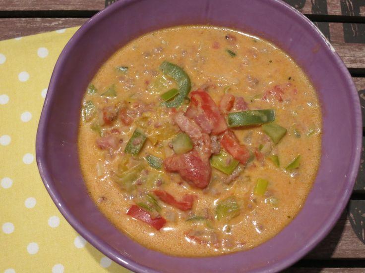 Leckere Cheeseburger-Suppe in der Low Carb-Variante. Mit Hackfleisch, viel Gemüse, Frischkäse und Cheddar. McDoof kompakt und gesund aus einer Suppenschale.