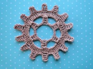 Imaginative Applique Crochet Patterns... A gear wheel with a free pattern!
