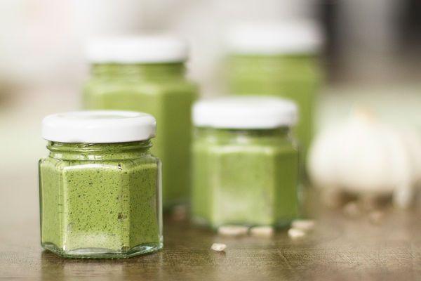 Lecker und gesund: Pesto geht auch mit Wildkräutern ... z.B. Giersch. Der nächste Frühling kommt bestimmt :-)