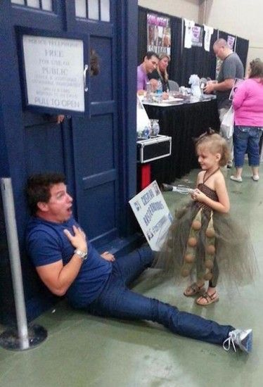 JOHN BARROWMAN REENACTS DEATH SCENE WITH COSPLAYER. Dalek and Captain Jack Harkness. The cutest thing ever