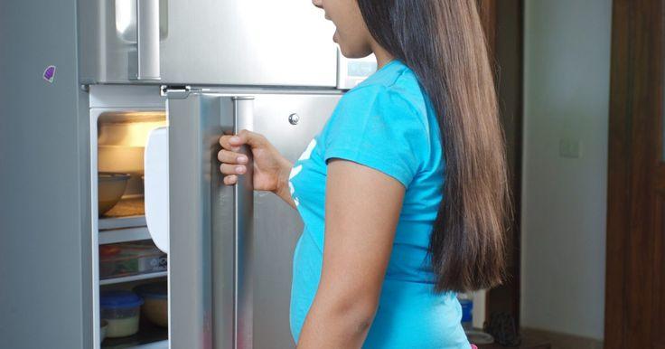 Como o refrigerador a gás funciona. Os refrigeradores a gás geralmente estão em locais onde a eletricidade pode não estar disponível e são mais comuns em lugares como veículos recreativos. O propano abastece essas unidades na maioria dos casos, substituindo a eletricidade. Eles funcionam de maneira parecida com os refrigeradores elétricos, mas possuem algumas diferenças. Geralmente ...