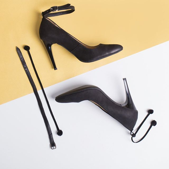 Mamy szpilki, które mogą zmieniać się razem z Tobą! Pompony, eleganckie zapięcie, a może własna tasiemka? Wybór należy do Ciebie.  zapięcie : D389XX-1-WEL | pompony : D389XP-1-WEL #lankars #shoes #black #party #leather #elegant #stilettos #highhells #classic #classy #shoestagtam #instashoes #flatlay #instagood #love #loveshoes #fashion #fashioninsta #beautiful #woman #sexy #newyear