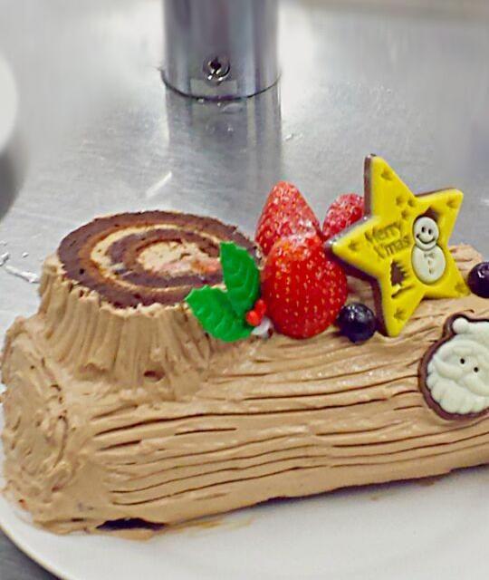 ココアシフォン生地にラズベリージャム、イチゴ、チョコレートクリームを巻いたロールケーキで、ブッシュ・ド・ノエルを作ってみました♪ ふっかふかに仕上がりました~。 - 11件のもぐもぐ - シフォン生地でブッシュ・ド・ノエル♪ by Miki  Nagao