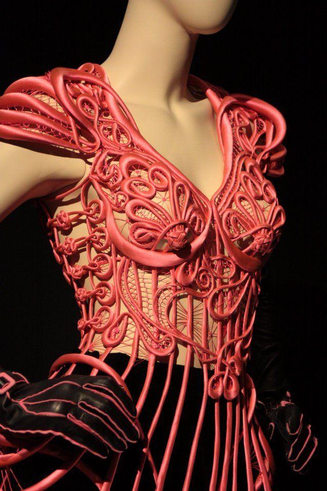 En 2012, le Musée de Beaux Arts de Montréal accueille a magnifique rétrospective du créateur de mode Jean-Paul Gaultier, l'occasion de découvrir ou redécouvrir le travail de celui qu'on a qualifié « d'enfant terrible de la mode ».