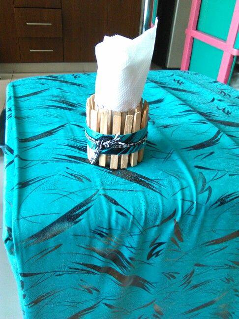 Este lo puedes usar de servilletero o para poner lapiceros, cepillos de dientes, coges una botella plastica de gaseosa,el tamaño depende de como lo quieras de grande,le cortas la cola al tarro luego le pones ganchos para colgar ropa,de madera y le pasas una cinta una tira de tela y encima de esa una mas delgada y listo