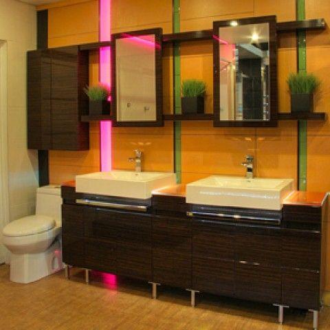 Salle de bain avec 2 lavabos et éclairage de couleur 1.
