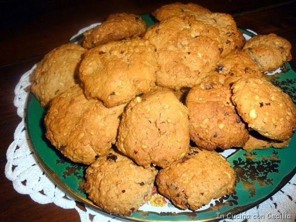 Biscotti con fiocchi d'avena, gocce di cioccolato, noci e ciliegie secche
