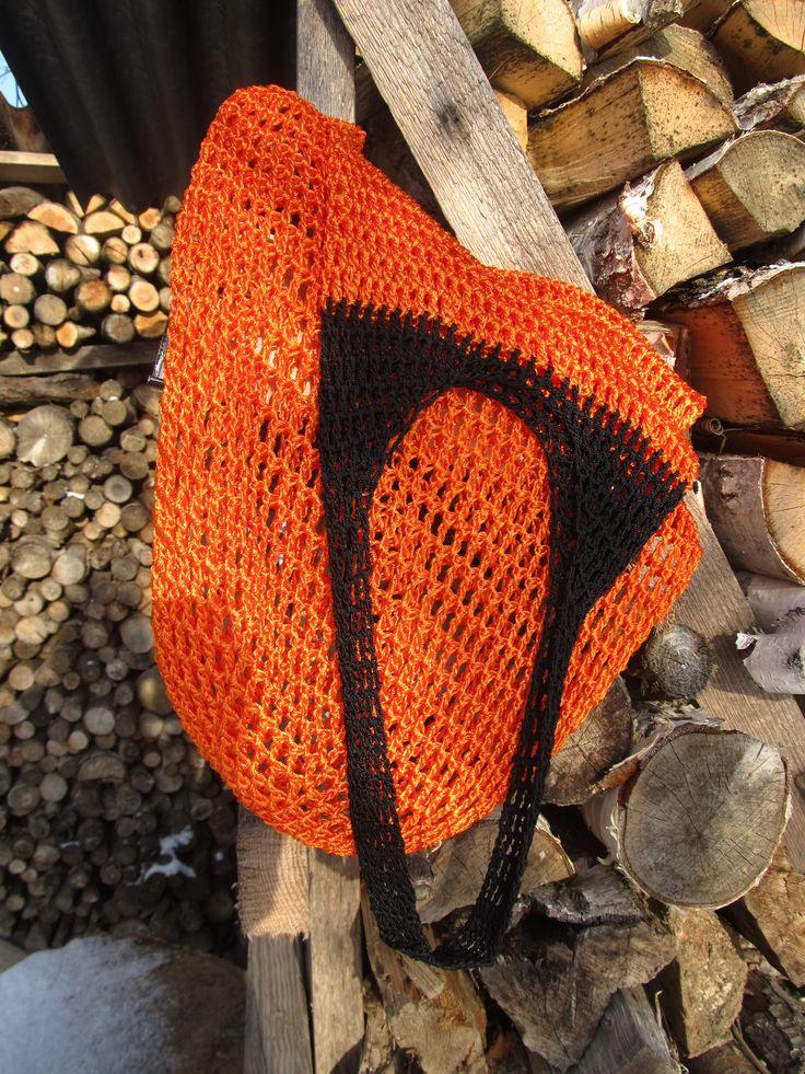 Síťovka Pomerančová síťovka, háčkovaná ze 100% viskózy a Kordonetu. Lehká, pružná, snadno se přizpůsobí obsahu. Rozměry - výška dno-vrchní lem 60 cm; šíře v nejširším bodě 31 cm; výška ucha od vrchního lemu 25 cm; délka ucha 40 cm