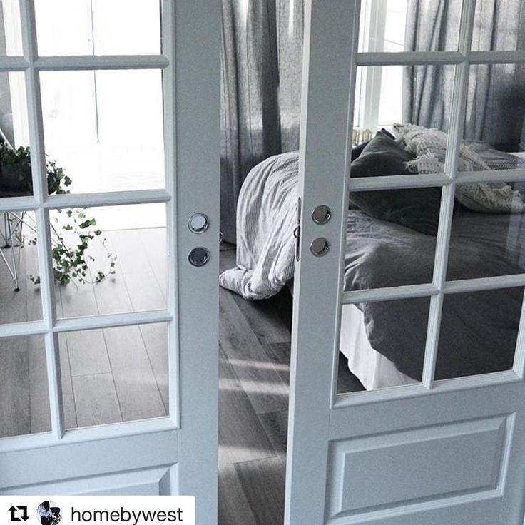 Från en etta till en tvåa med glasdörrar var smart @homebywest - snyggt  #swedoor #swedoorse #semindörr #mindrömmdörr #endörrgörskillnad #jagälskardörrar #pardörrar #dörr #innerdörr #interiör #inredning #inspiration #nybygg #renovering #uppfräschning #nyadörrar #boendemedstil #nordicliving #dörrlösningar #dörruniversum