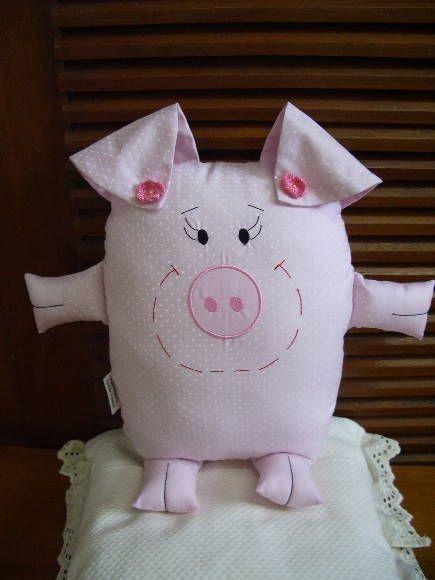 Naninha-porquinha confeccionada em algodão, que pode ser pendurada na parede, porta ou algum móvel, ou ainda usada como almofada ou travesseirinho no berço ou cama da criança. R$ 42,00