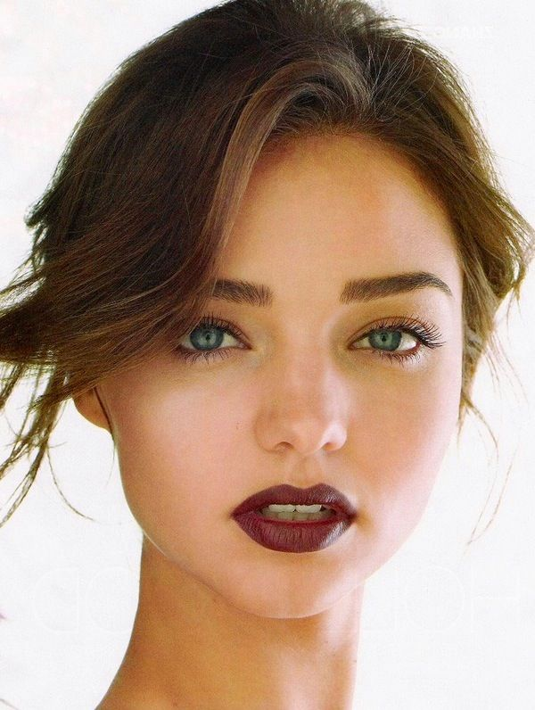 Burgundy lips and minimalistic eyes look gorgeous on Miranda Kerr! But then again, what doesn't look gorgeous on Miranda Kerr?