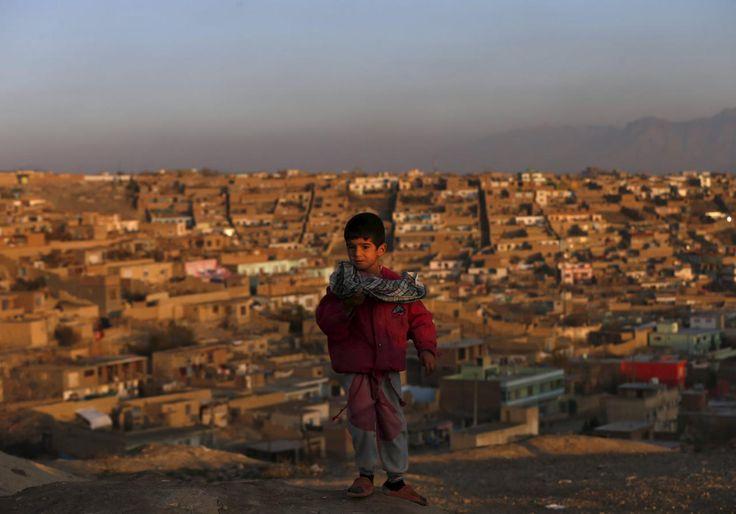 25.11 Ce petit Afghan est posé à proximité de sa maison à Kaboul.Photo: Mohammad Ismail