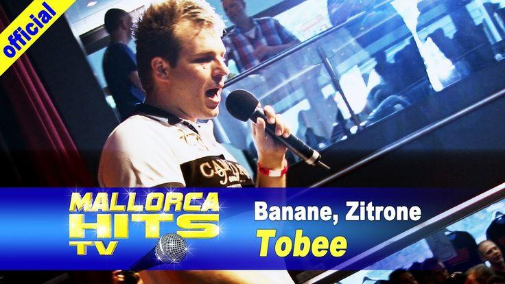 """Tobee mit """"Banane, Zitrone"""", einem seiner großen Mallorca Hits/Ballermann Hits auf dem Bierkönig Partyboot in Köln. Tobee heizt der Menge richtig ein. Neben Tobee traten auf dem Partyboot noch Ikke Hüftgold, Benniii, Remmi Demmi Boys, Marry, Mia Julia, Killermichel, Kölsche Kraat auf und feierten mit Peter Wackel und rund 1400 Partygästen eine Mega-Party. http://MallorcaHitsTV.de"""