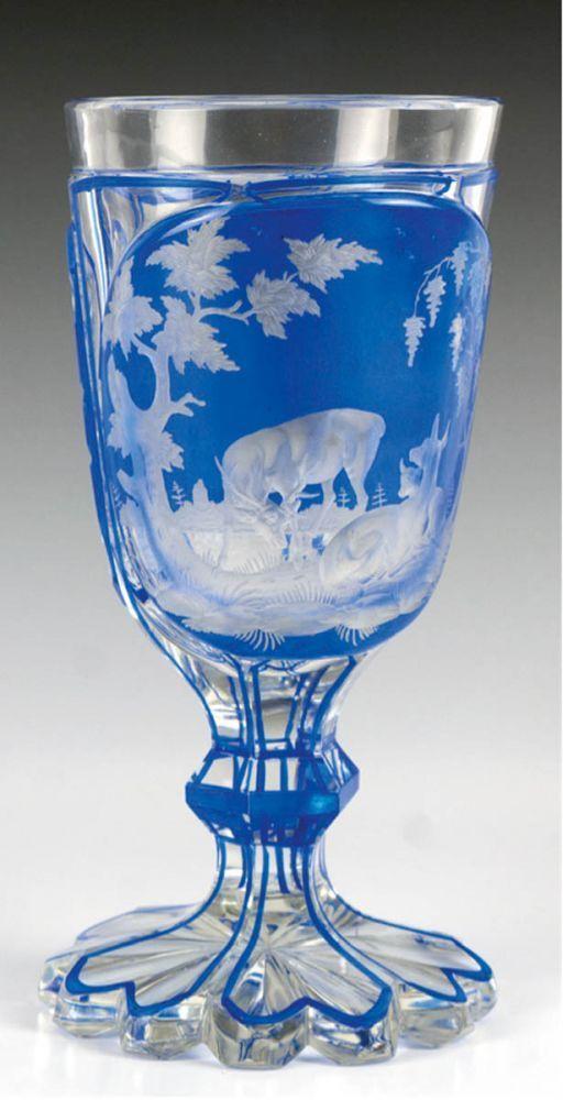 Fußbecher, 19. Jh., Klarglas mit blauemÜberfang und geschliffenem Jagdmotiv, H. 17,5 cm — Varia