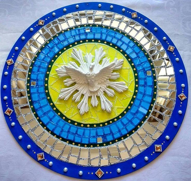 Mandala Espirito Santo em falso mosaico vidro e espelho. Base MDF de 38 cm. #mandala #falsomosaico #reciclagem #art #artesanato #mosaico #arte