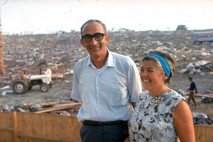 Max et Miriam Yasgur sur leur terrain, après le Festival de Woodstock. Max Yasgur, l'agriculteur propriétaire du terrain, a décrit une atmosphère paisible: «Si nous faisons comme eux, nous pourrons transformer ces antagonismes qui minent l'Amérique d'aujourd'hui et espérer un avenir meilleur et plus pacifique…»   Ces images montrent la folie qu'était Woodstock