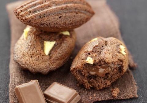 Préchauffez votre four Th.7/8 (220°C). Faites fondre 140 g de chocolat cassé en morceaux avec le beurre au four à micro-ondes 2 minutes à 500W. Ajoutez l'oeuf, le sucre et la farine. Mélangez et ajoutez la levure. Pelez la pomme et coupez-la en petits dés. Ajoutez à la pâte. Répartissez la pâte dans un moule à madeleines beurré et répartissez les carrés de chocolat coupés en 4, enfoncez-les légèrement. Faites cuire 9 à 10 minutes dans votre four.