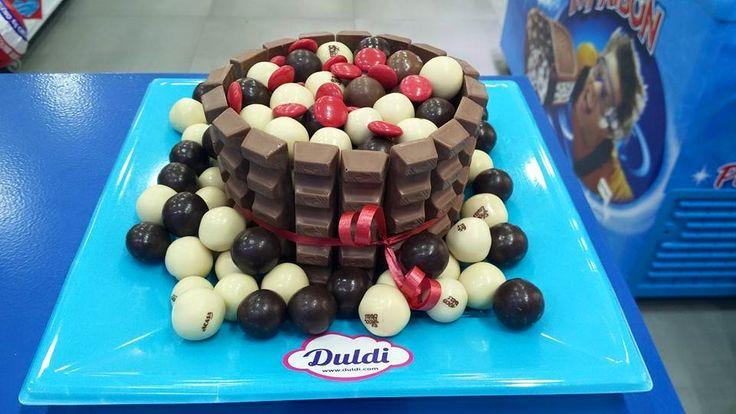 Duldi Gavà os desea buenos dias con esta dulce tarta de chocolatinas y lacasitos!