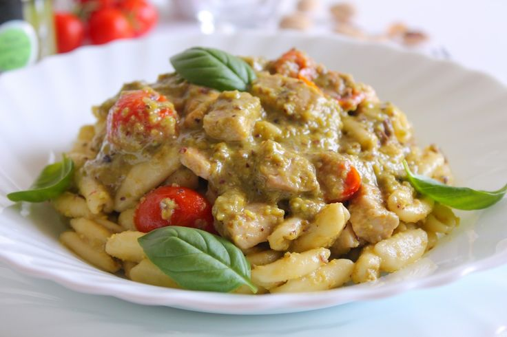 I cavatelli con pesto di pistacchi, pesce spada e pomodorini sono un primo piatto facile da preparare ma di sicuro effetto. Ecco la ricetta