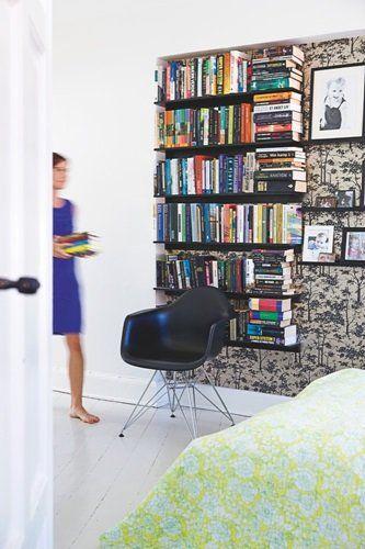 Byg din bogreol af smalle hylder. Det giver dig fleksibilitet til at flytte rundt på din bøger eller billeder. Lignende hylder kan fås hos Ikea.