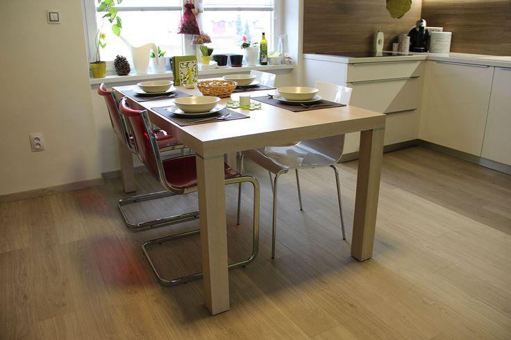 Stůl pod označením JS22 je z produkce HANÁK a je v provedení fólie buk. Doplněn je židlemi italské značky MIDJ.