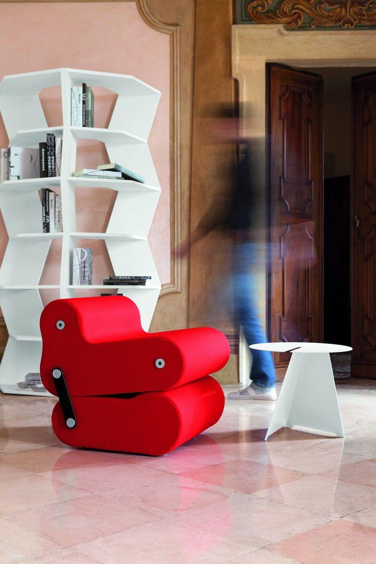 Multichair di B-line è una seduta che si può trasformare in base alle esigenze. Joe Colombo ha pensato a tutto, grazie a cinghie di cuoio e perni, è possibile modificare la seduta, in poltrona da conversazione o da relax, o in semplice sedia come complemento d'arredo cool per la tua casa.