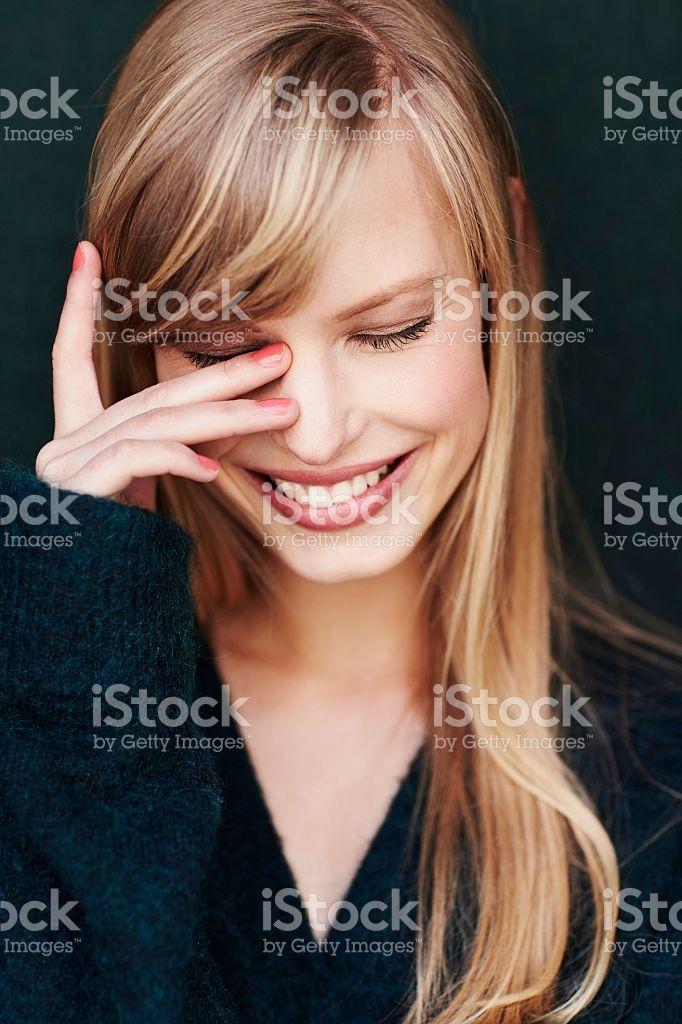 Смех молодая блондинка в studio – роялти-фри стоковая фотография