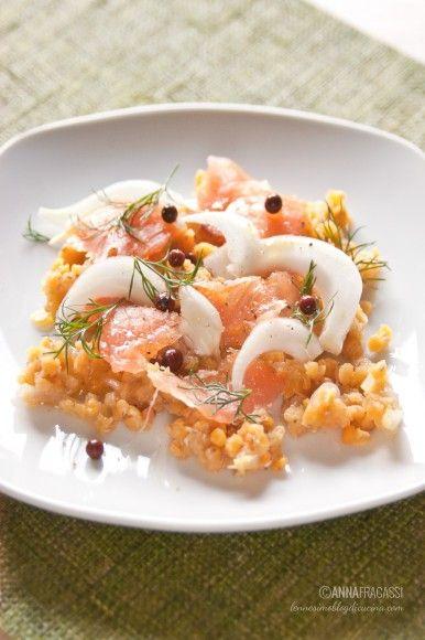 Un'insalata invernale davvero speciale, con un gusto quasi nordico. Le lenticchie rosse sono la base calda per finocchi e bocconcini di salmone affumicato. ©AnnaFracassi