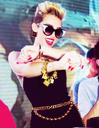 Miley Cyrus in Thierry lasry sunglasses