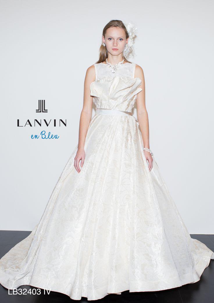 LB-32403 - LANVIN en Bleu ウエディングドレス - 胸元のヨークが印象的でタフタ素材のもつハリ感を巧みに利用した近代的なマリエ。 ランバンの持つ未来要素をたっぷり詰め込んだ幾何学的なイメージのドレスです。 ヨークを取り外してベアトップでの使用も可能なので挙式スタイルとパーティーでの雰囲気をチェンジできるのも特徴です。 地柄素材が重厚的で安定感を重視した花嫁にも