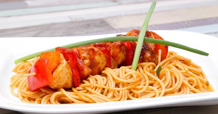 Édes - csípős csirkenyárs spagettivel - Az édesen csípős csirkenyársat, csípni fogja, aki kapja. A sriracha dominál a recept minden fázisában és így a kész ételben is intenzíven érezhető. Az ananász édes társa a csirkéknek a nyárson, pikáns spagetti ágyra fektetve igazán kiadós étel.