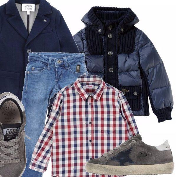 Jeans in denim chiaro, camicia a quadri a maniche lunghe, giacca in tessuto con bottoni e logo sul colletto, piumino blu con inserti in maglia, scarpa bassa con suola in gomma
