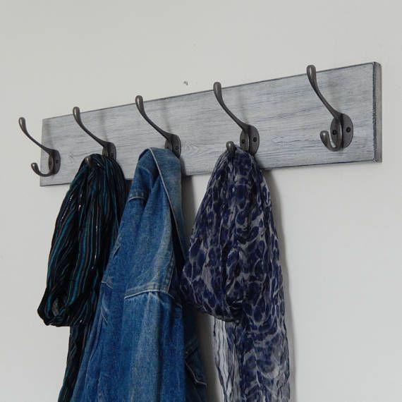 Handarbeit, Shabby Chic, verwitterten Grey, Vintage-Stil, Garderobe mit viktorianischen Stil Antik Eisen Kleiderhaken. Es wäre perfekt für jeden Raum in Ihrem Haus einschließlich Ihren Flur, Schlafzimmer, Badezimmer, Garderobe oder warum nicht hängen Sie es über unsere Schuh-Tabellen zu erstellen Sie Ihre eigenen Mudroom.  Handarbeit in unserer Werkstatt Devon aus ausgewählten Ofen getrocknet skandinavischen Redwood mit einem einfachen abgeschrägte Kantenprofil, diese Vintage-Stil-Garderobe…