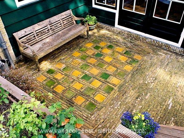 Terras van antieke plavuizen met boerengeeltjes in Alkmaar