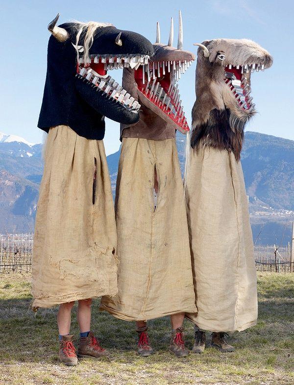 """Schnappviecher.  I temibili """"draghi"""" non sono draghi, ma Schnappviecher, chiamati dagli abitanti di Termeno anche Wudelen. Il termine """"Schnappviech"""" è composto dalle parole """"schnappen"""", che vuol dire acchiappare, e """"Viech"""", che vuol dire bestia."""