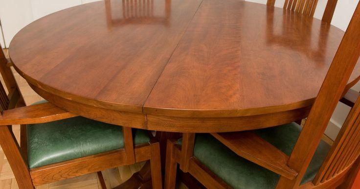 Como fazer uma mesa de jantar redonda. Fazer sua própria mesa de jantar redonda pode ser uma tarefa gratificante e rápida, podendo economizar muito dinheiro. Fazê-la é bastante fácil. É um pouco mais complicado do que fazer uma mesa retangular ou quadrada, mas muitas partes do processo são as mesmas.